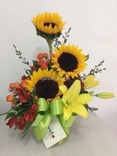 arreglo de flores con surtido de globos